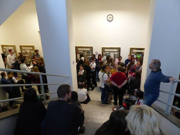 Fanoušci čekají na debatu s dabéry. Foto: Kristýna Klazarová