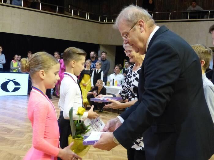 Mladší účastníci dostali místo lahve sektu poukázky. Foto: Kristýna Klazarová
