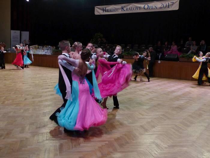 Taneční páry se občas zrazily nebo upadly. Foto: Kristýna Klazarová