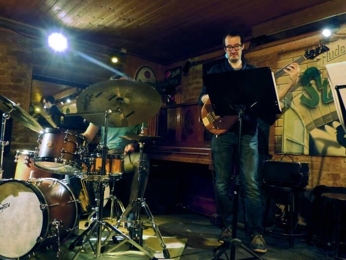 Actual Tendencies zahráli ve Staré Pekárně místo Tres Quatros Kvintet. Foto: Kristýna Klazarová