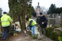 2017-12-27 Kácení přerostlých tújí na hřbitově