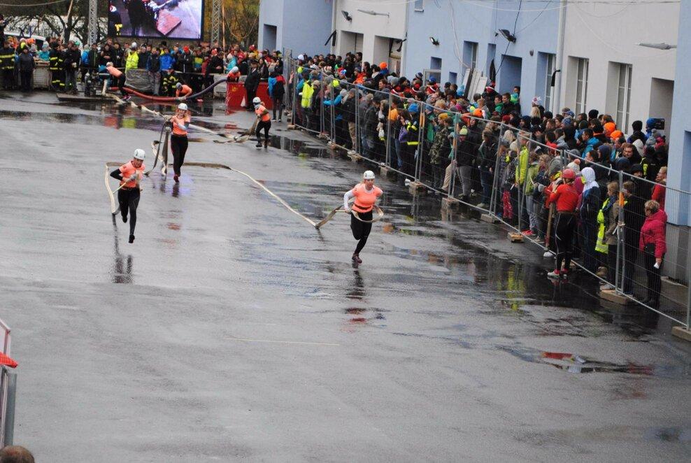 Závodnice běží, aby byly co nejdříve u terčů. Foto: Barbora Ficbauerová