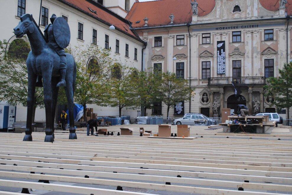 Na Moravském náměstí u sochy Jošta staví kluziště k adventním trhům. Foto: Barbora Ficbauerová