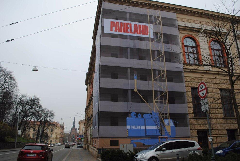 Část budovy Uměleckoprůmyslového muzea zdobí velkoplošná kresba rozestaveného paneláku. Foto: Barbora Ficbauerová