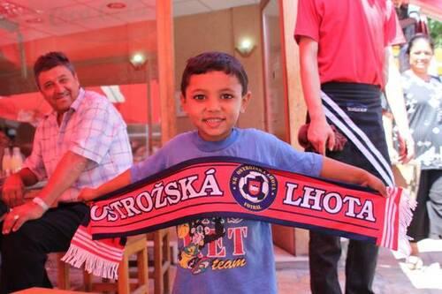 MAKEDONIE. Na fotce je asi pětiletý Mohamed, který víc jako ochotně zapózoval u tržnice v hlavním městě Makedonie Skopje.