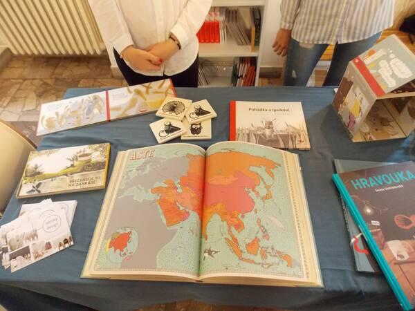 Ilustrácie v detských knihách predávaných v stánku. / Autor: Maša Kalčoková