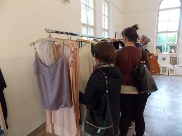 Zákazníčky si prezerajú kúsky Marie Machařovskej / Autor: Máša Kalčoková