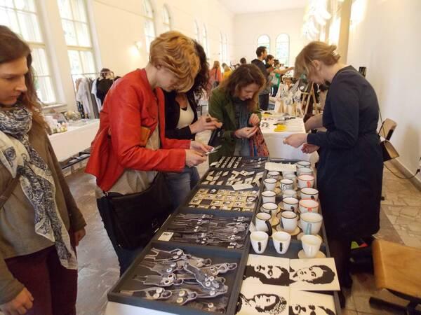 Návštevníčky výstavy si vyberajú náušnice / Autor: Maša Kalčoková