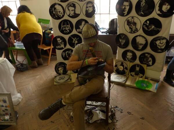 Umelec vyrývajúci obrazy do platní. Foto: Maša Kalčoková