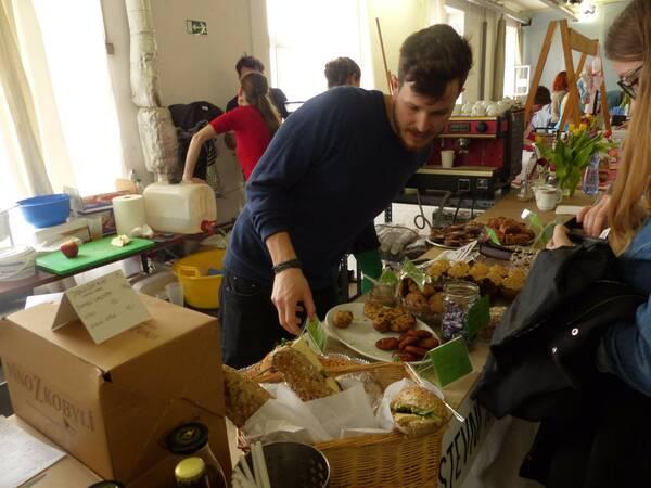 Stánok Tři Ocásci, ktorý ponúka zákusky a bagety. Foto: Maša Kalčoková
